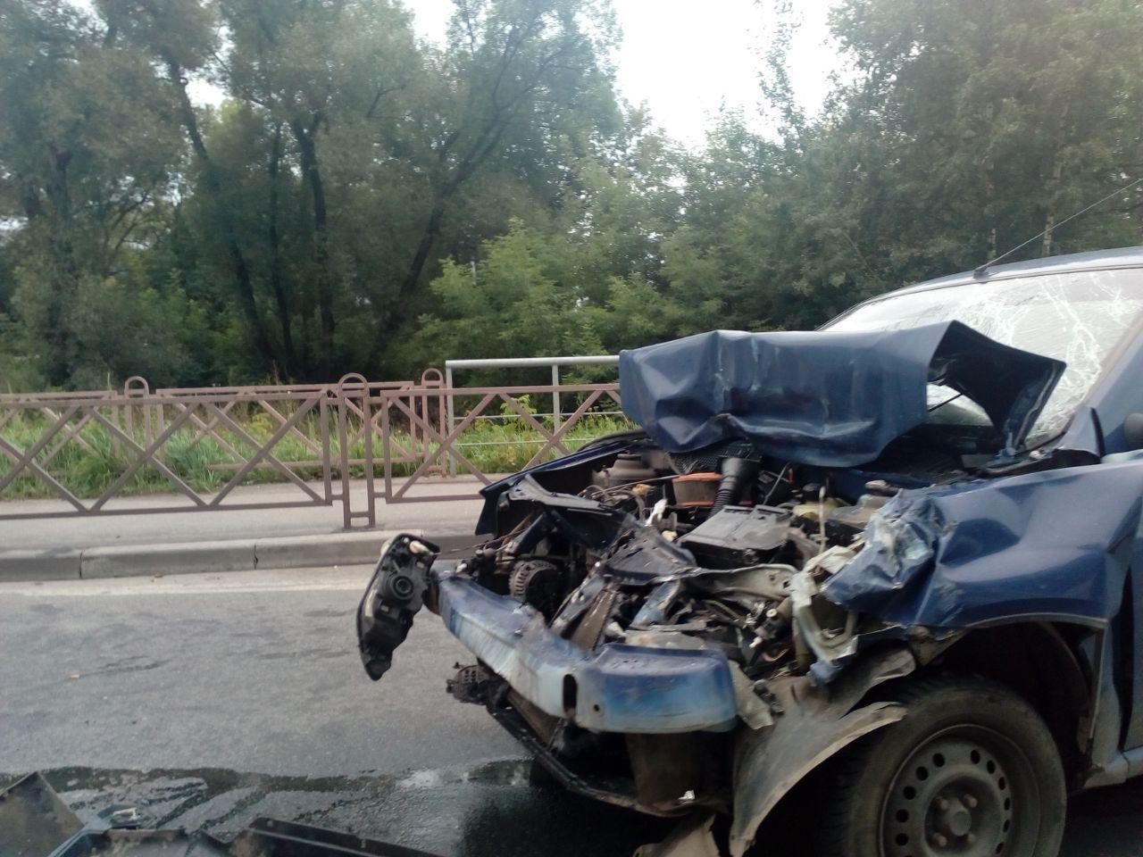 В Ярославле на улице Дачной столкнулись легковушка и маршрутка