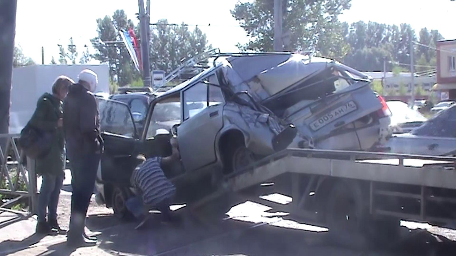В ДТП на Ленинградском проспекте грузовик смял легковушку