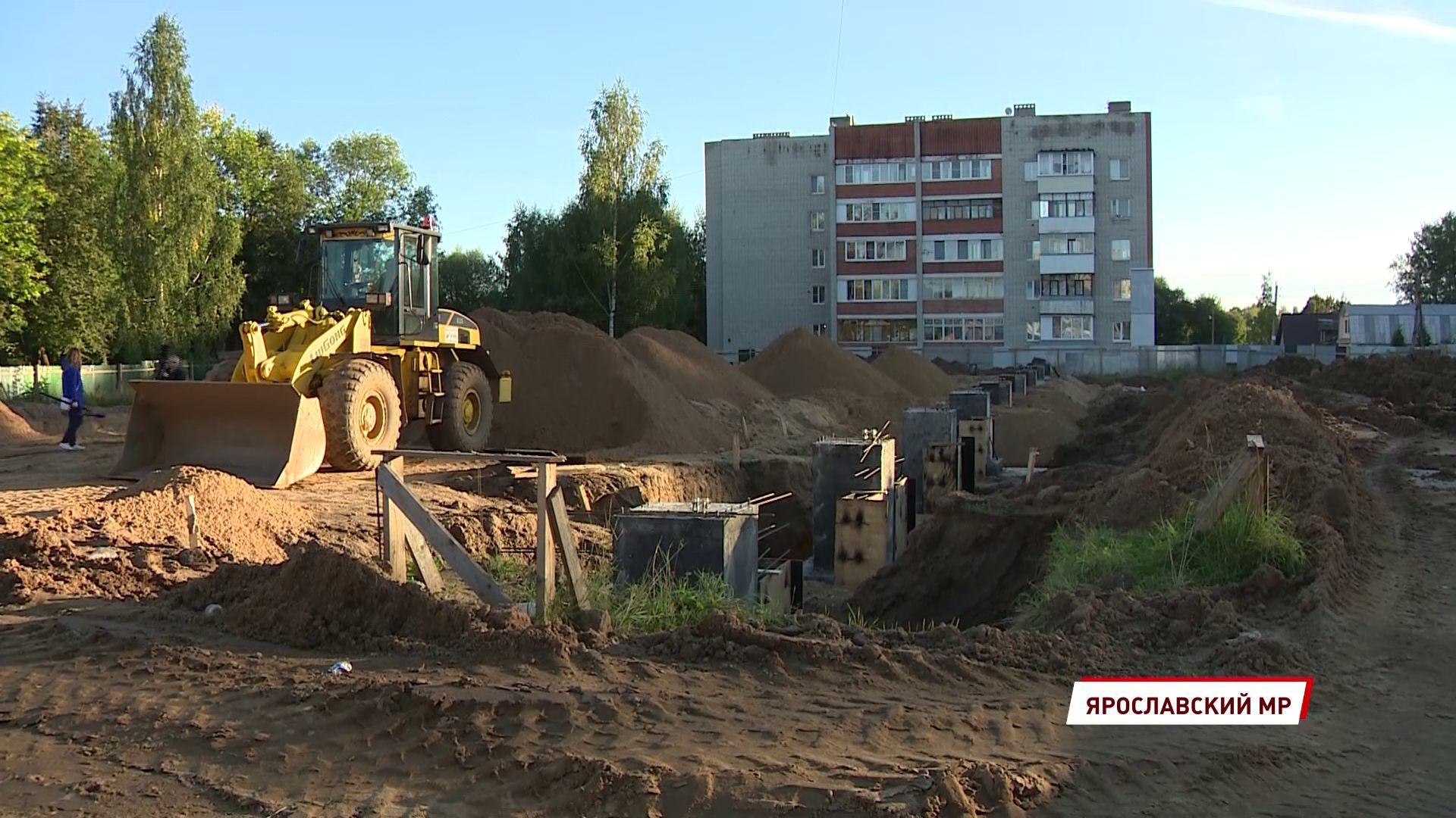 В Красных Ткачах продолжают возводить первый в поселке физкультурно-оздоровительный комплекс
