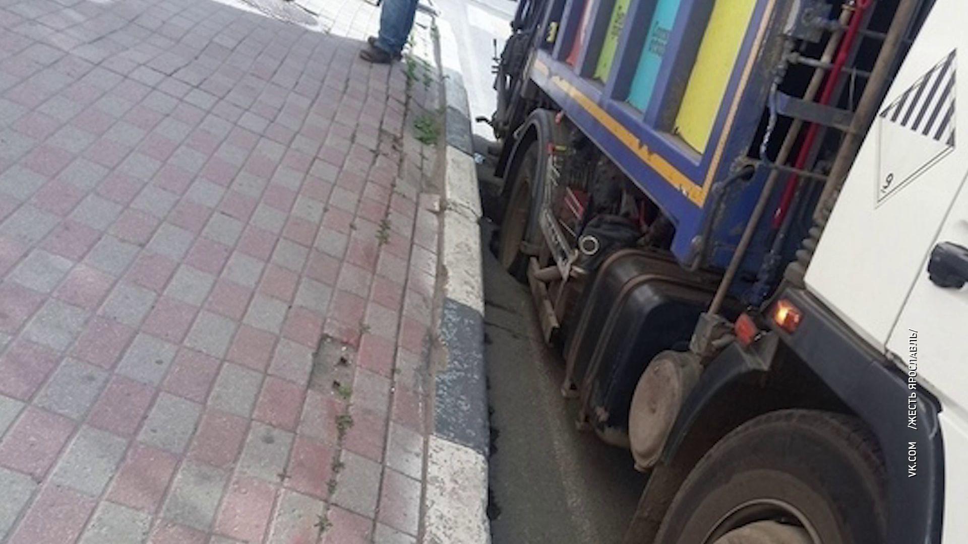 На улице Большой Октябрьской мусоровоз провалился в асфальт