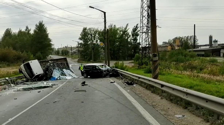 На улице Гагарина лоб в лоб столкнулись грузовик и легковушка, есть пострадавшие