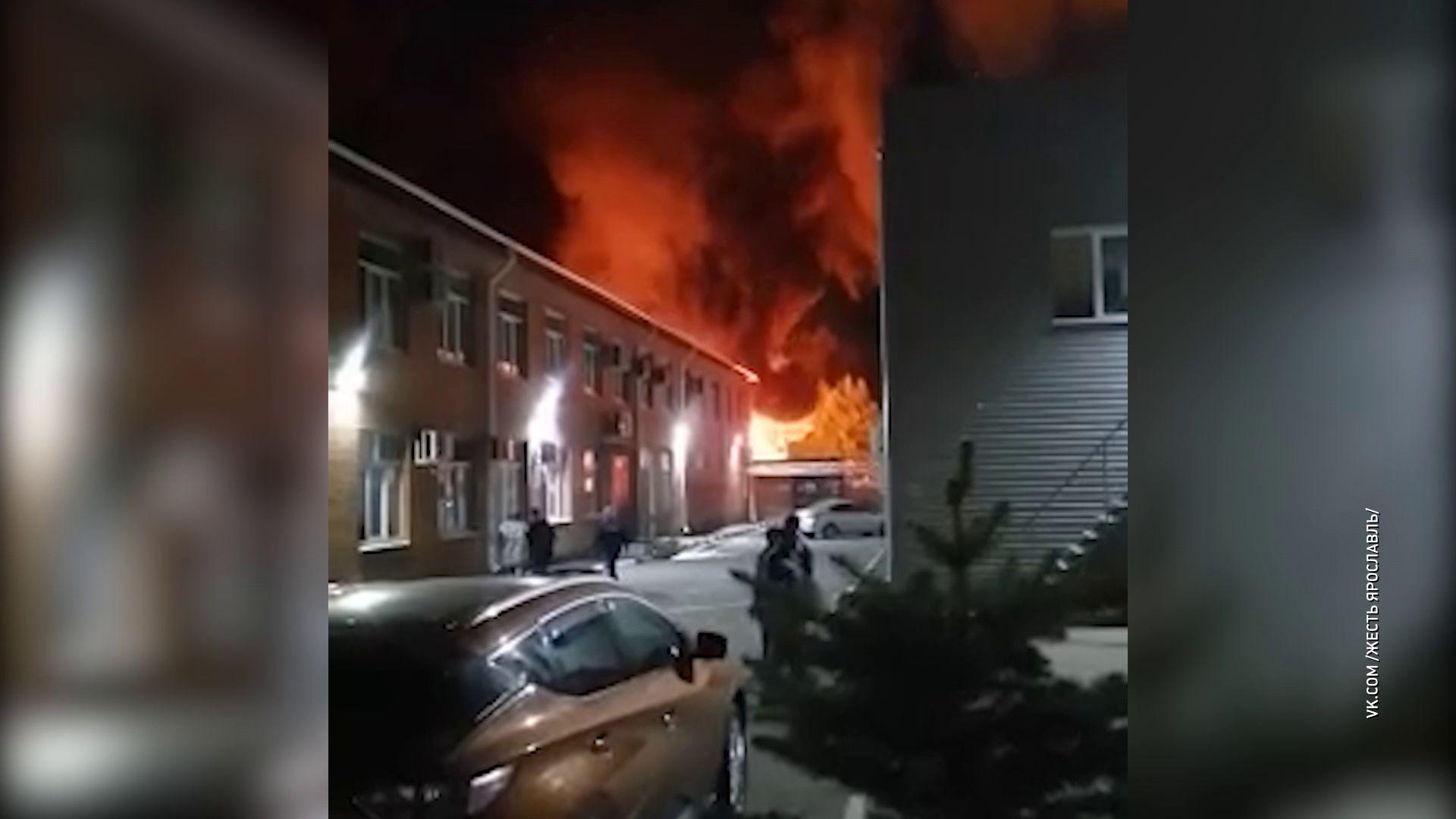 В Ярославле сгорел ангар с тяжелой техникой