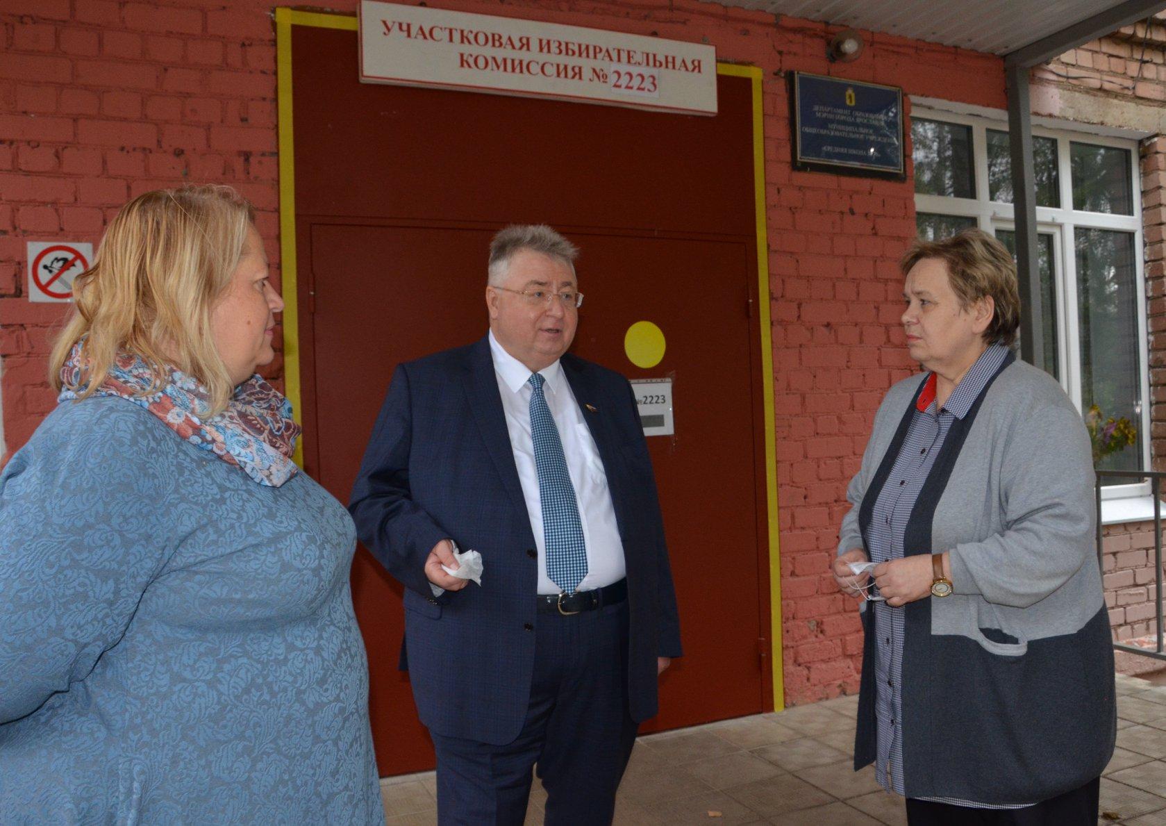 Сергей Якушев проверил условия голосования на участках в школах, которые не остановили учебный процесс