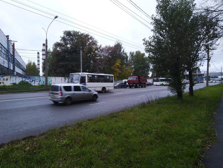 На проспекте Октября произошло ДТП, движение из Дзержинского района в центр затруднено