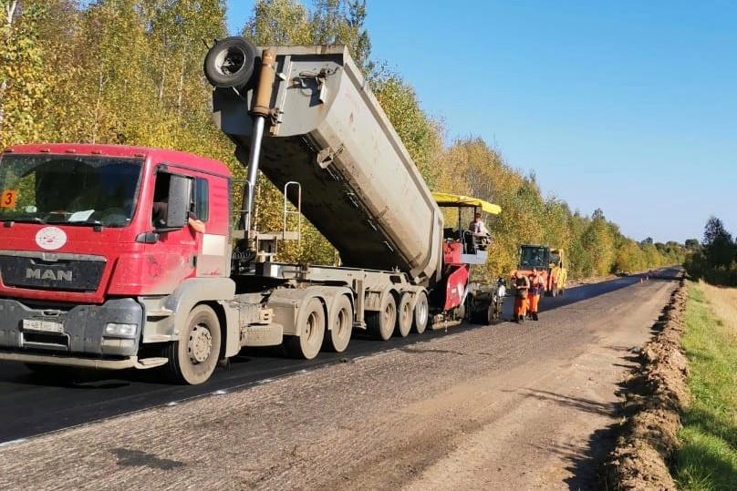На автодороге Петровское – Караш – Захарово начали укладку асфальта