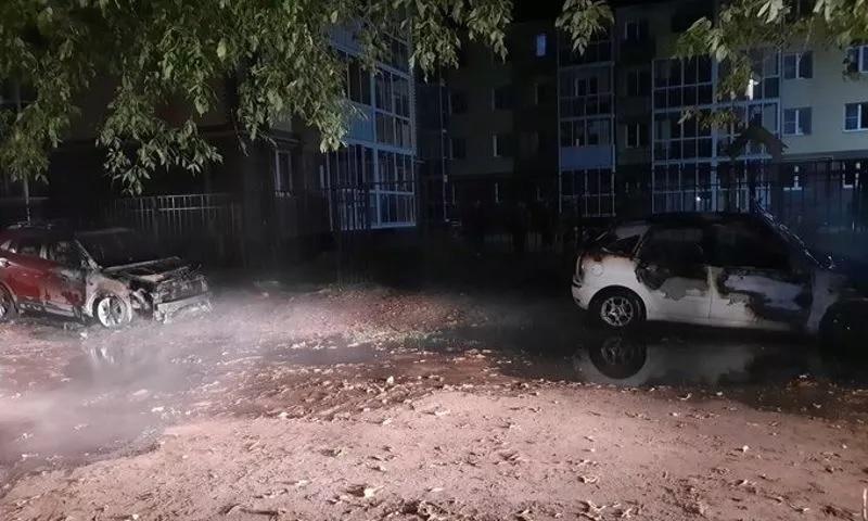 В Ярославле во дворе жилого дома ночью вспыхнули два автомобиля