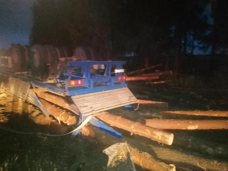 В Ростовском районе опрокинулся КамАЗ, два человека погибли на месте