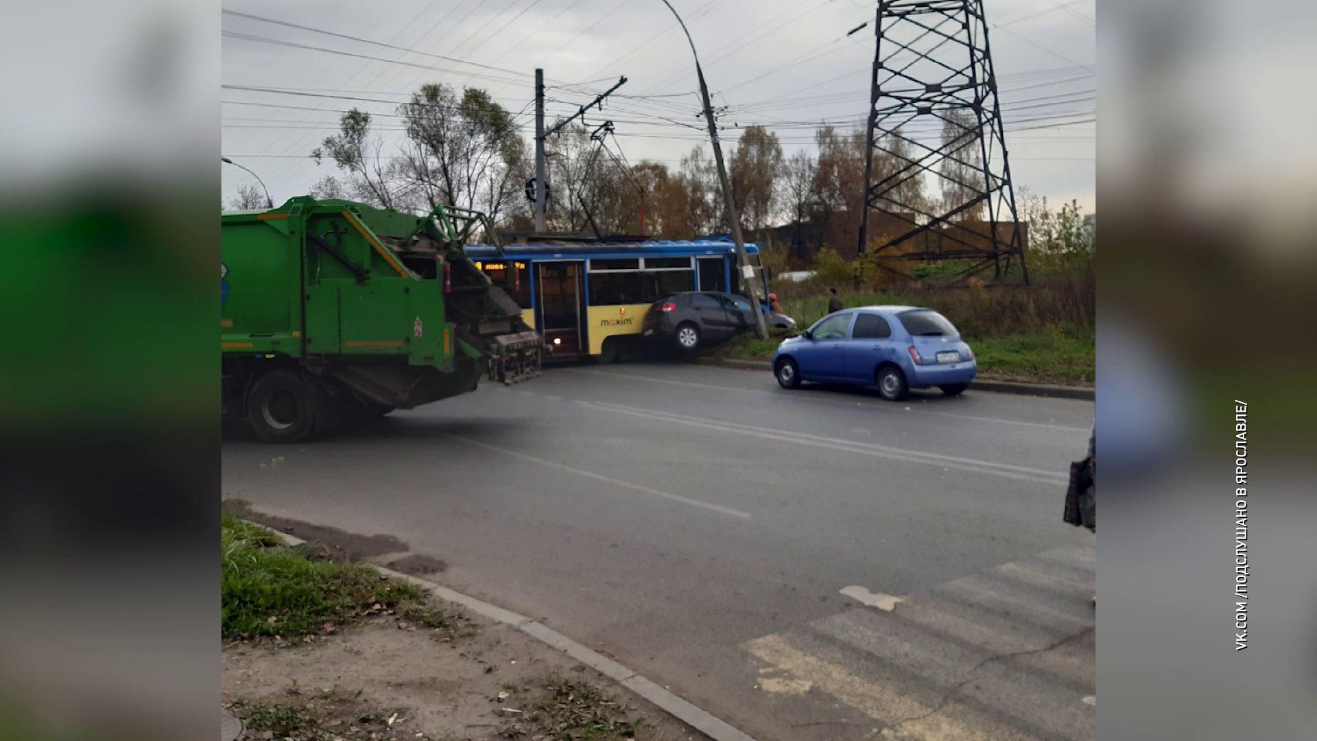 В Дзержинском районе столкнулись легковушка, трамвай и автобус