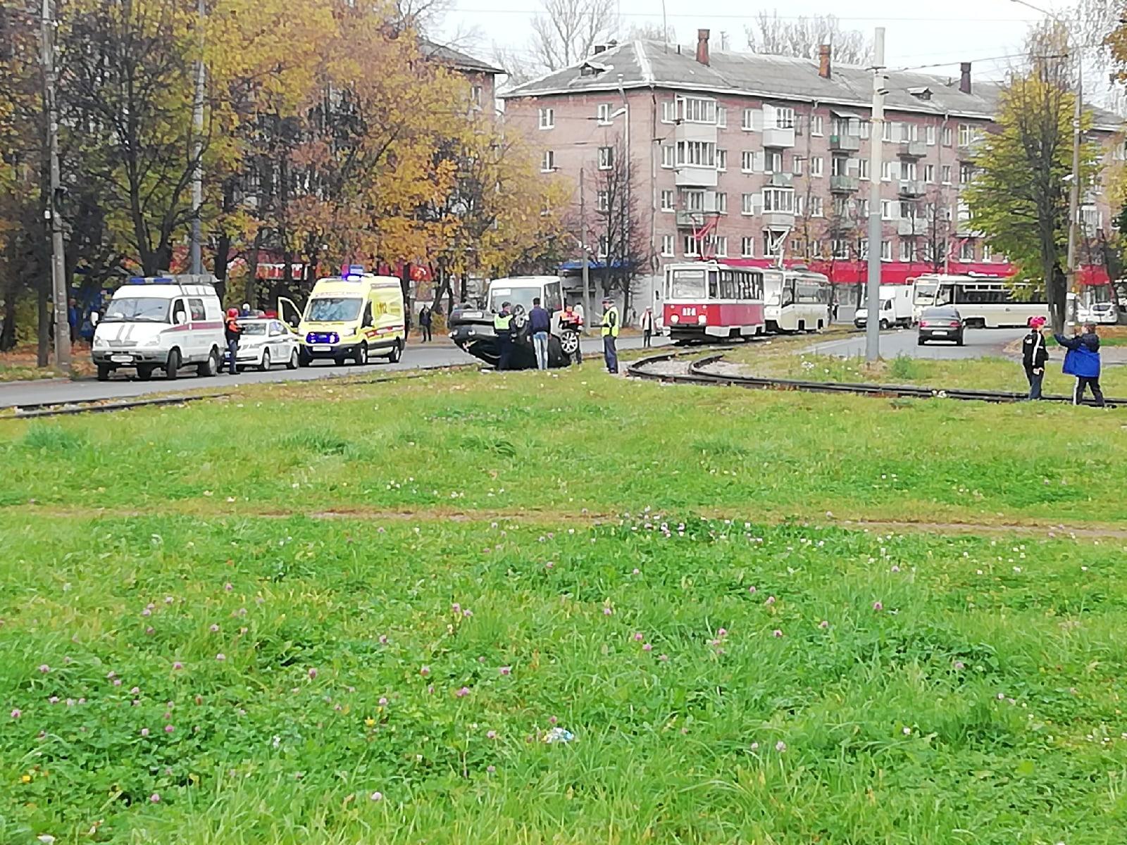В Ярославле на трамвайном кольце перевернулся легковой автомобиль