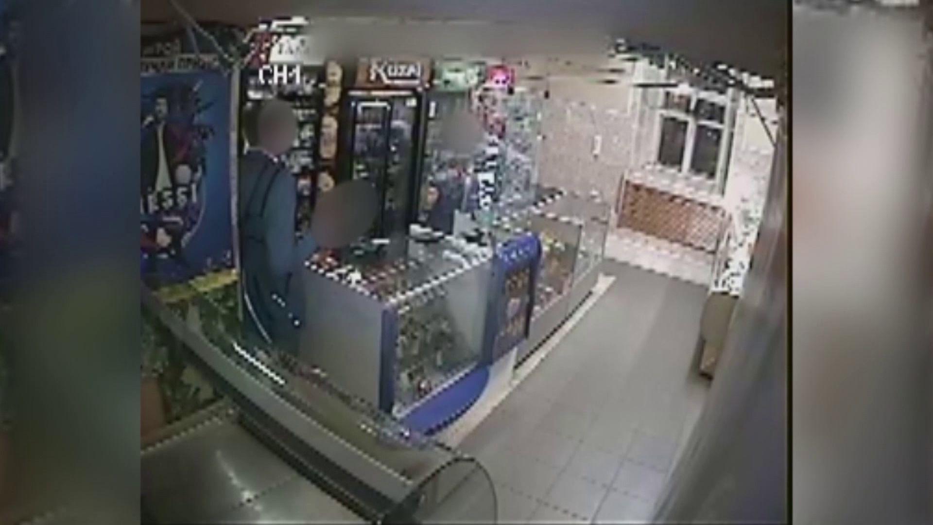 Ярославец в медицинской маске ограбил магазин с пневматическим пистолетом