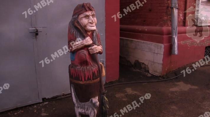 Ярославец украл Бабу-Ягу от магазина в Депутатском переулке и установил в своем дворе