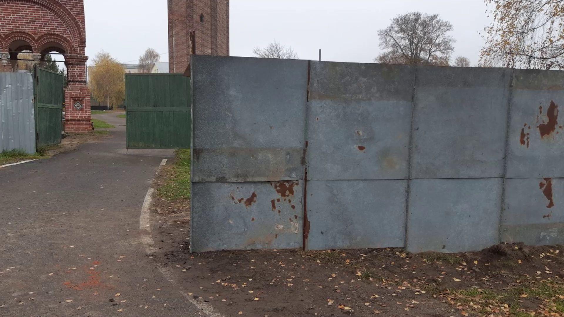 Ярославцы пожаловались на некрасивый забор около церкви Иоанна Златоуста