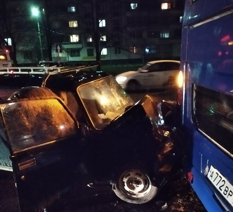 В Дзержинском районе Ярославля легковушка врезалась в автобус