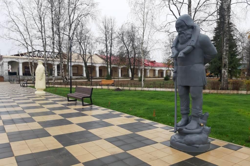 Площадь и сквер в центре Данилова оформили в виде необычной шахматной аллеи