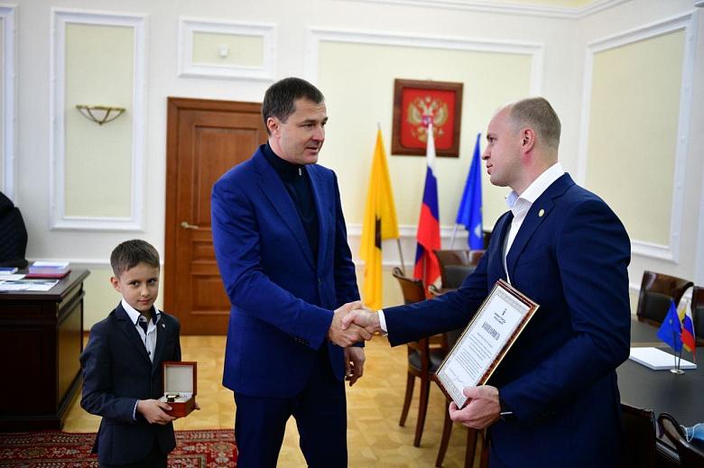 Мэр Ярославля наградил героя, спасшего ребенка из горящего дома