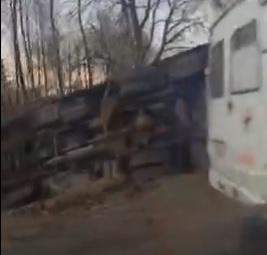 В Ярославле автобус съехал в кювет и опрокинулся