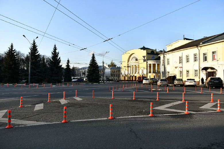 Столбики безопасности с площади Волкова демонтируют на зиму