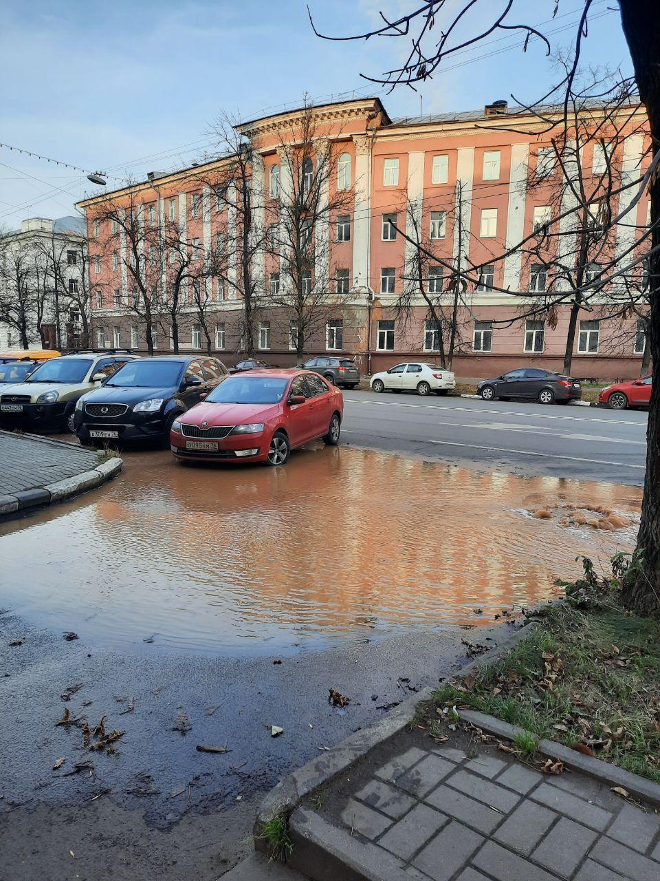 В центре Ярославля прорвало водопровод