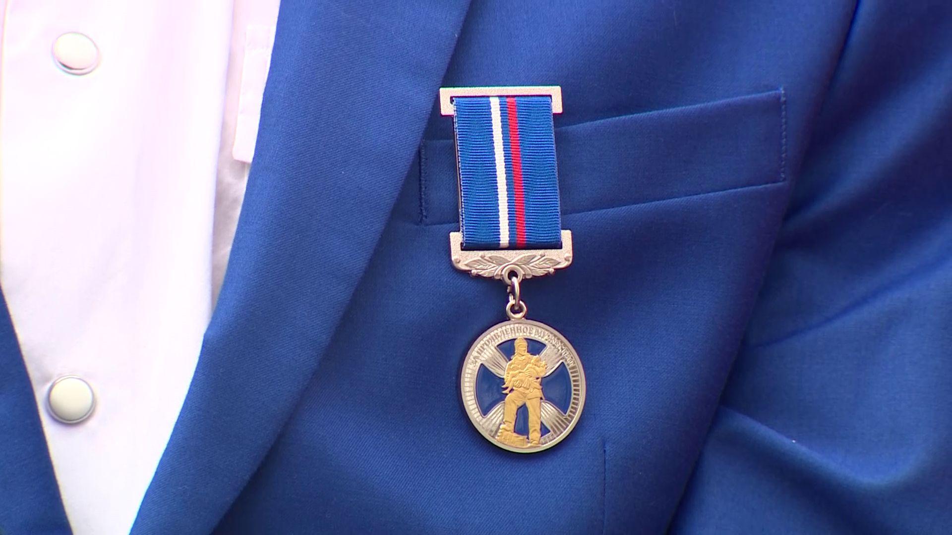 Трое подростков из Ярославской области получили медали за проявленное мужество