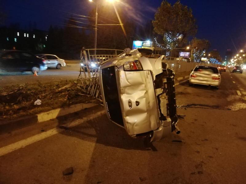 На Московском проспекте водитель легковушки снес несколько секций забора и перевернулся
