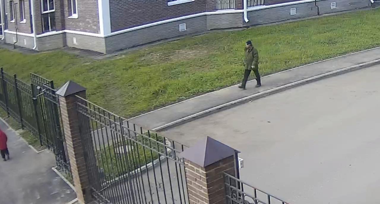 В Ярославле ищут вандала, средь бела дня похитившего домофон