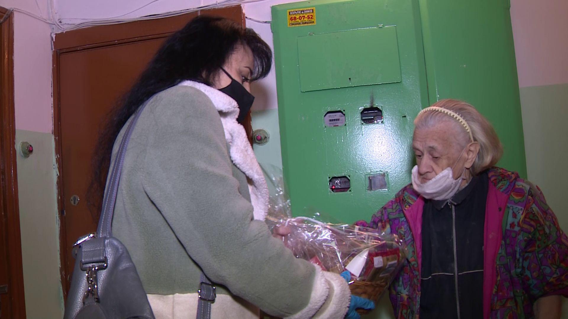 Ярославские волонтеры дарят сладкие подарки одиноким пожилым людям