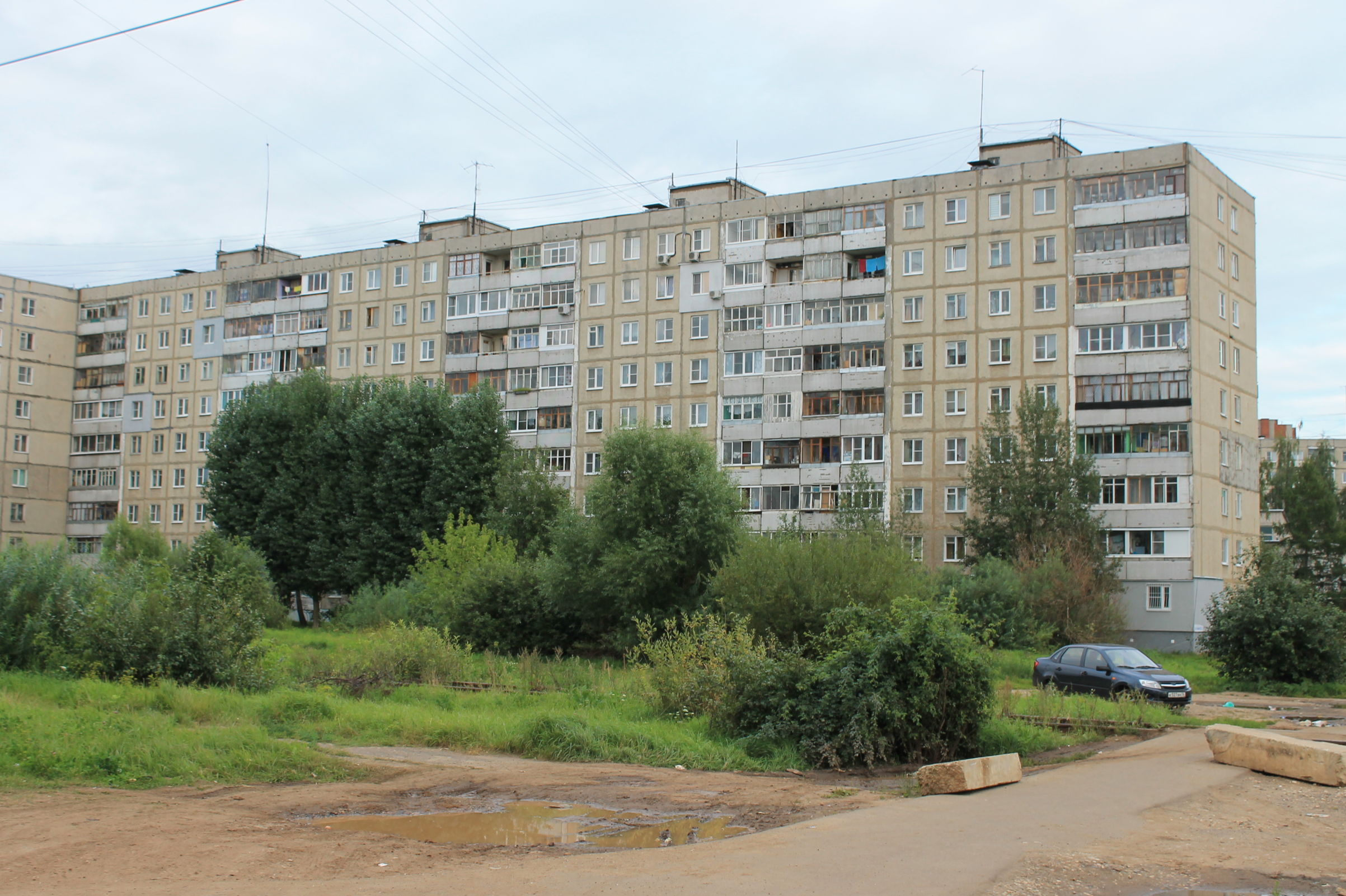 В Заволжском районе Ярославля из окна высотки выпала девушка