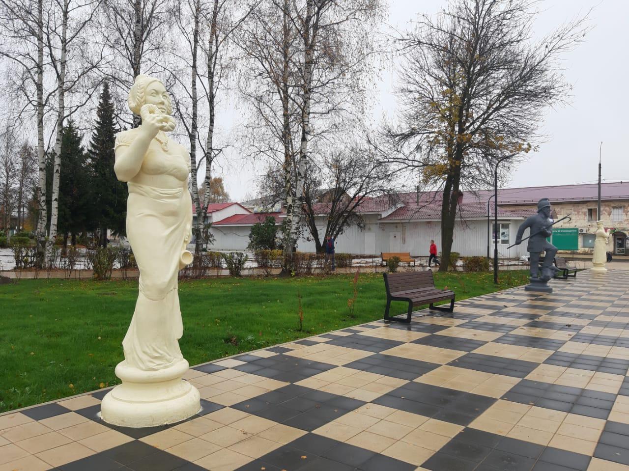 «Шахматный сквер» и булыжная мостовая: в Данилове полностью завершили работы по благоустройству главной площади