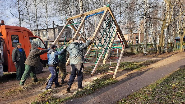 На улице Титова в Ярославле снесли аварийный детский городок