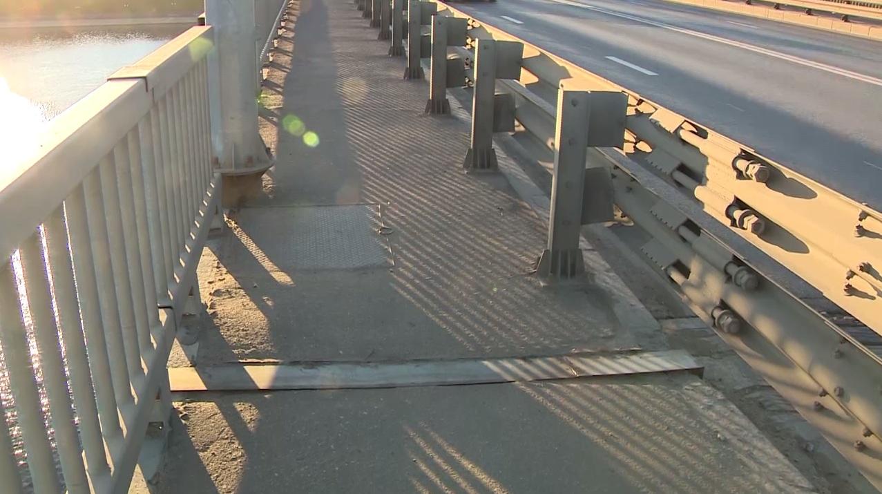На Октябрьском мосту в Ярославле заделали швы между плитами
