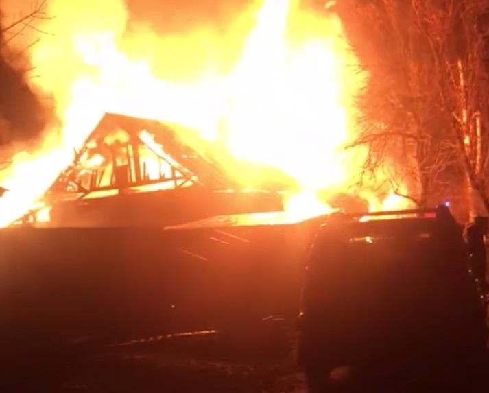 Выбирались из горящего дома с ребенком на руках: в Ярославле сгорел жилой дом