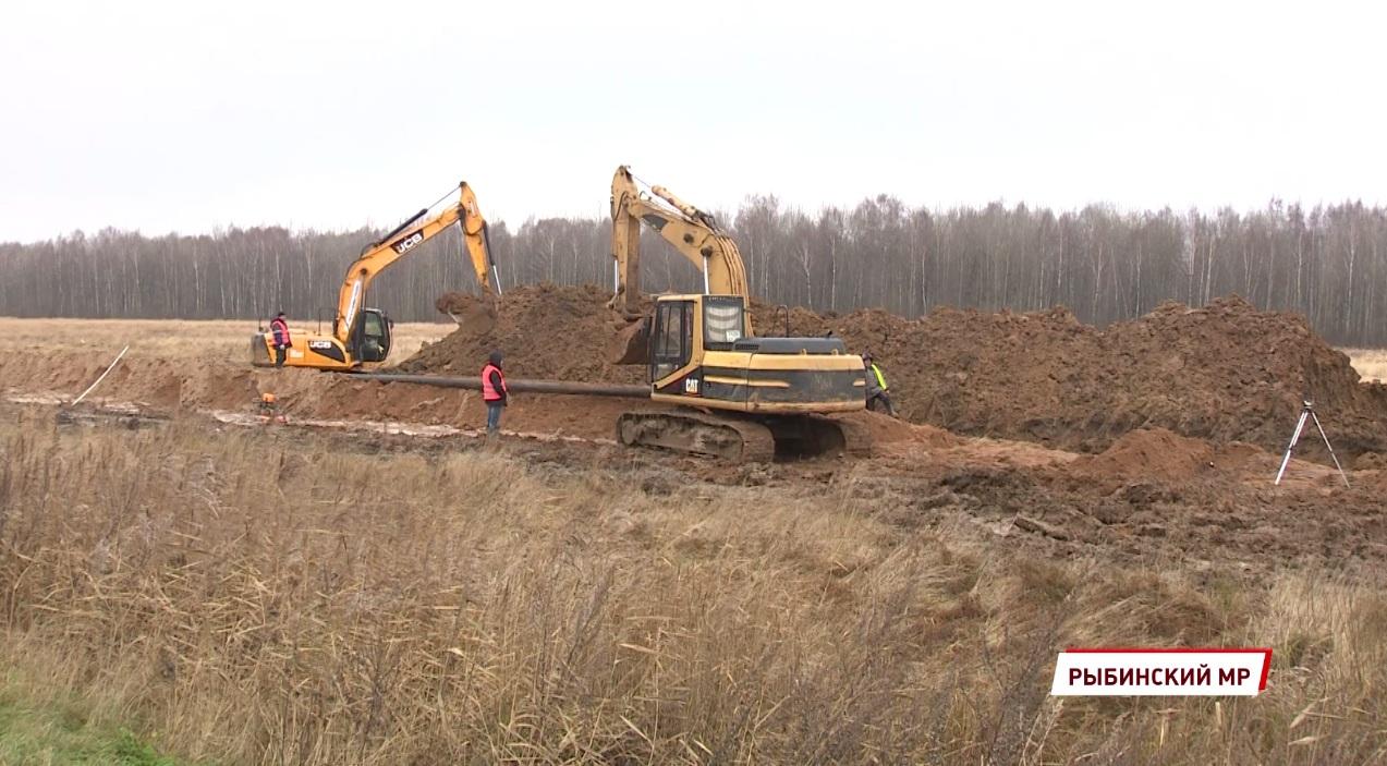 В Рыбинском районе продолжается строительство канализационного коллектора