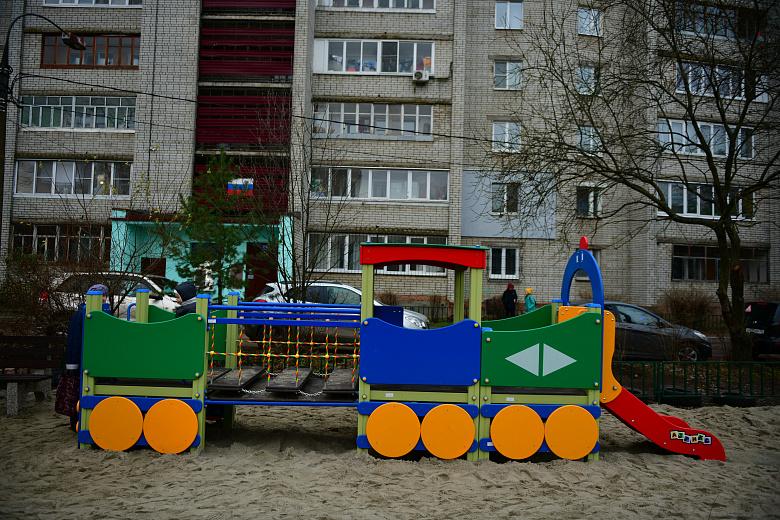 Во дворе на улице Калинина в Ярославле по желанию жителей установили новый детский городок