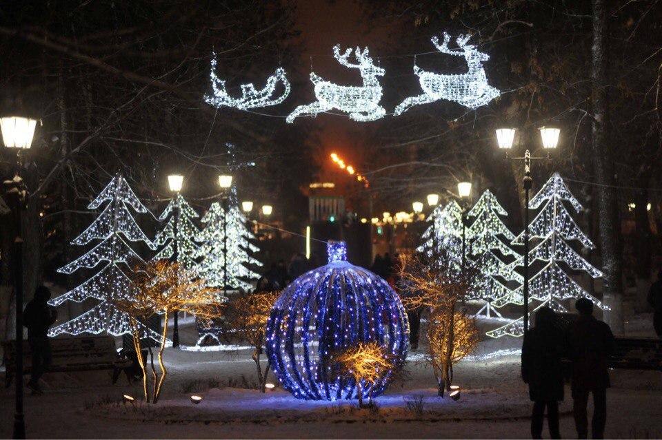 Новогодние хороводы вокруг елок в этом году в Ярославле перенесут прямо во дворы жилых домов
