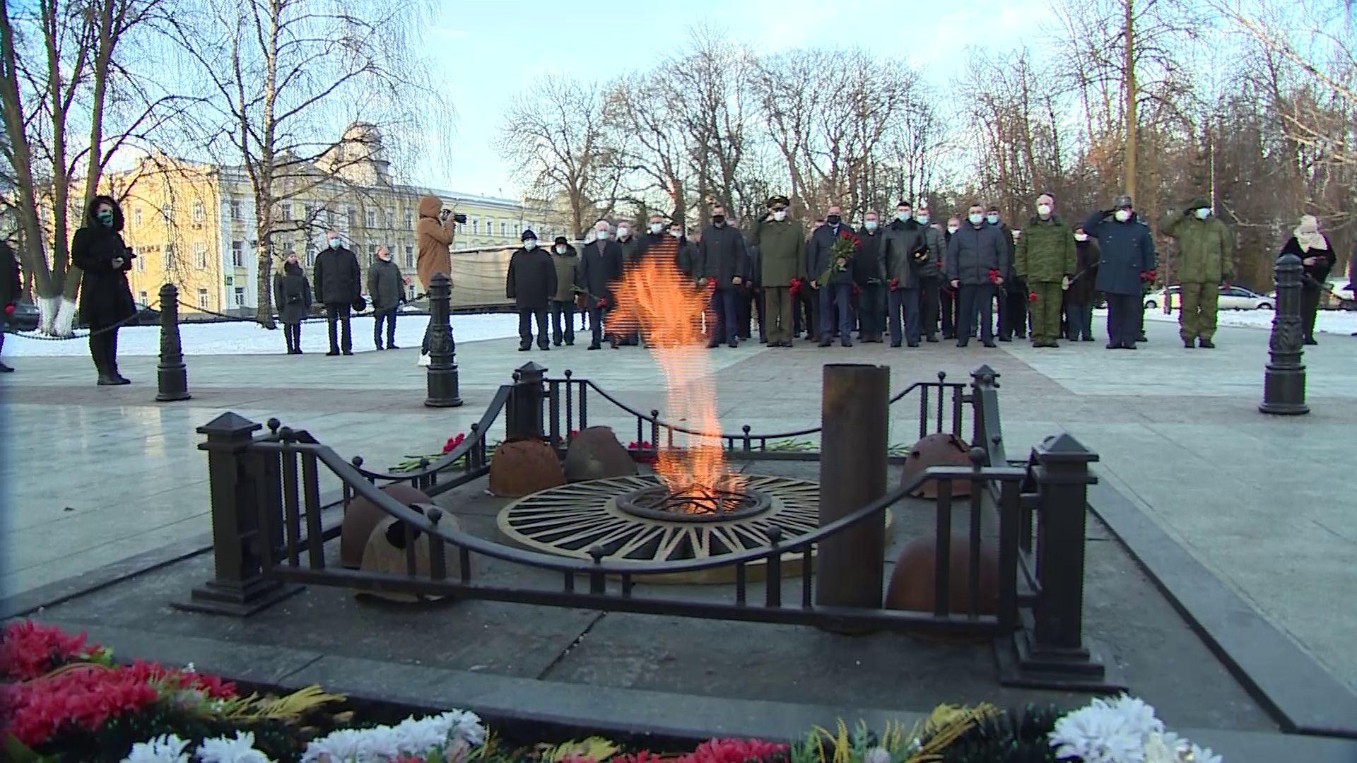 «Неизвестный — не значит забытый»: в Ярославле возложили цветы к мемориалу Вечного огня