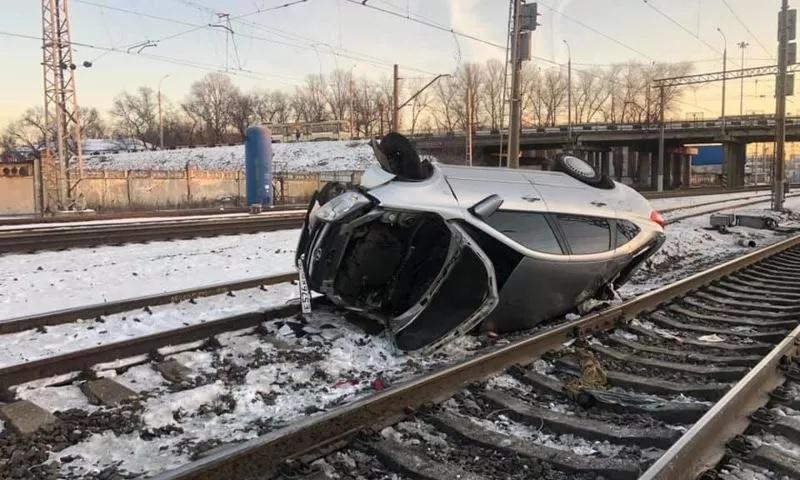 В Ярославле легковушка вылетела с дороги на железнодорожные пути и перевернулась