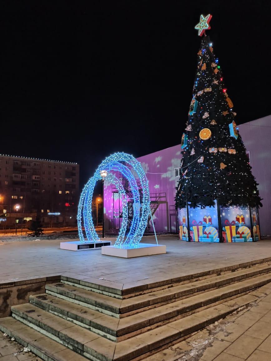 Обновленный сквер на Машиностроителей украсили к Новому году