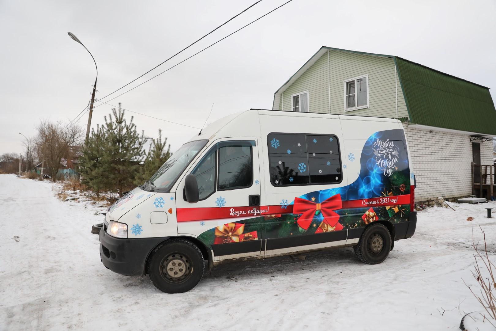 Запустил чудомобиль: многодетные семьи области получат подарки от Дмитрия Миронова