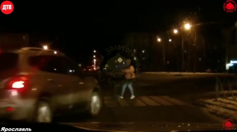 В Ярославле водитель, пытаясь объехать собаку, сбил девушку и ребенка: видео
