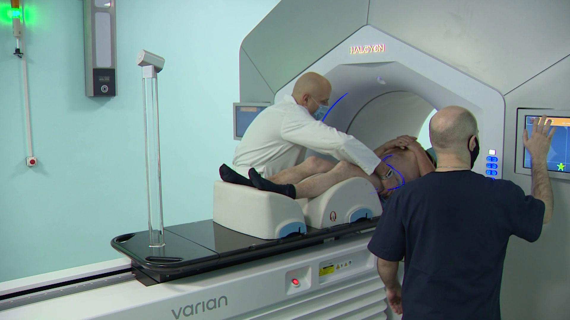 В онкологической больнице первый пациент прошел процедуры на новом линейном ускорителе