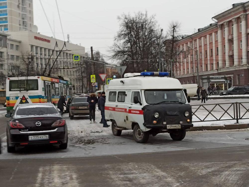 В Ярославле в ДТП попал автомобиль скорой: видео момента аварии