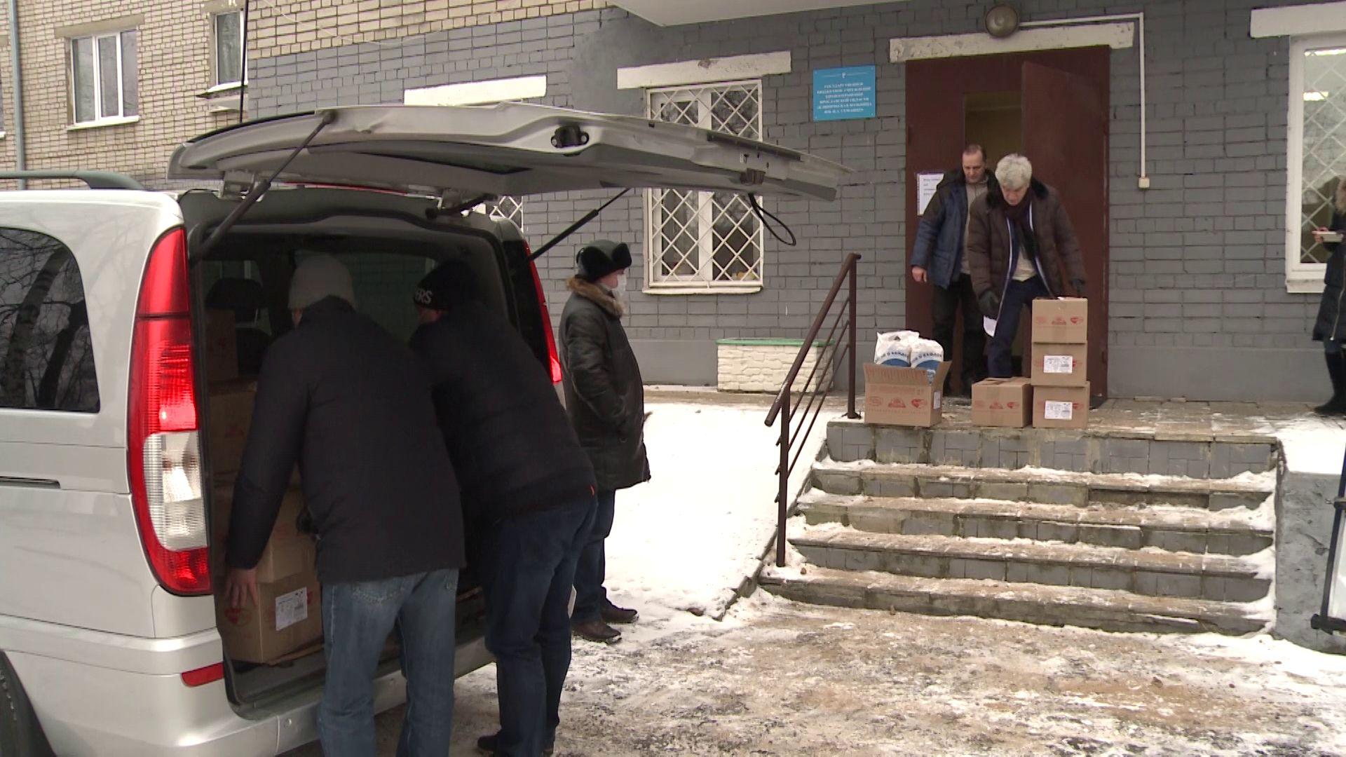 Детям ярославских врачей вручили сладкие подарки