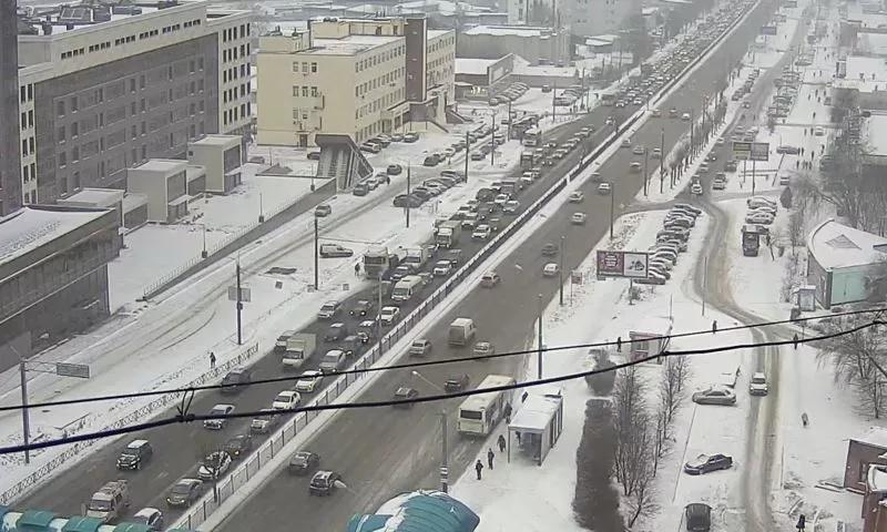 Из-за снегопада и сломавшейся фуры в Ярославле встал Московский проспект