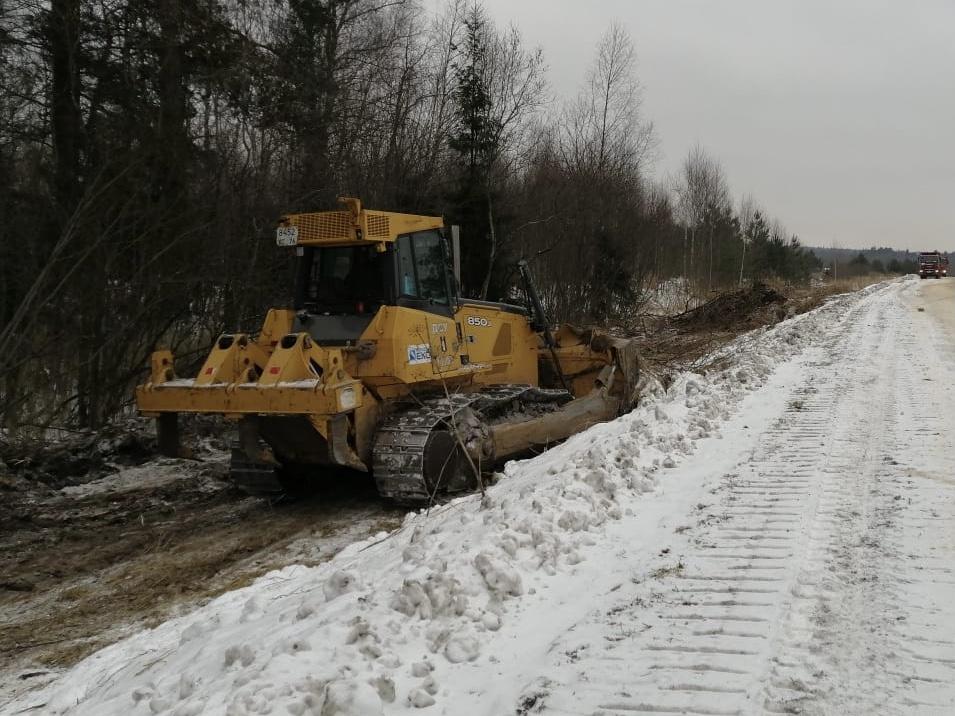 На трассе в Угличском районе проводится ремонт дороги и монтаж водопропускных труб