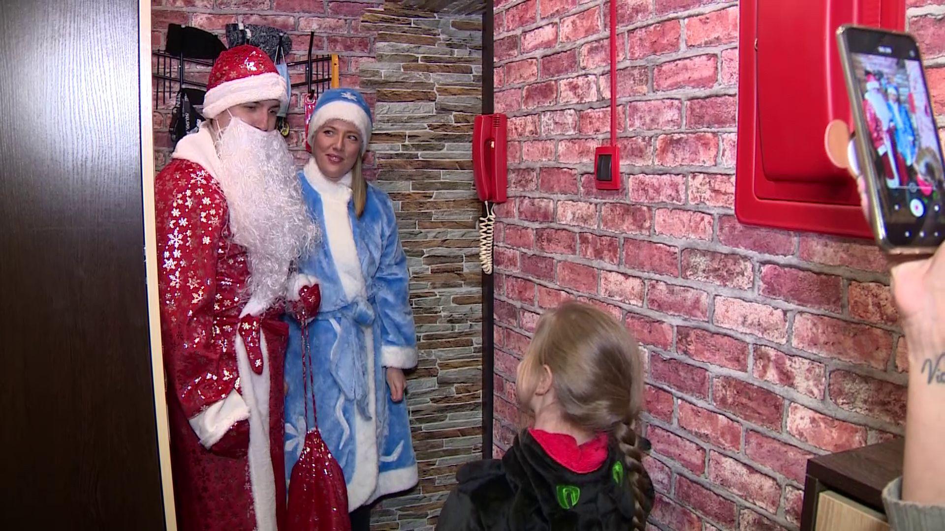 Волонтеры в костюмах Деда Мороза и Снегурочки развозят подарки по квартирам детей врачей