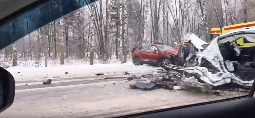 В ДТП на Ленинградском проспекте в Ярославле два человека получили серьезные травмы