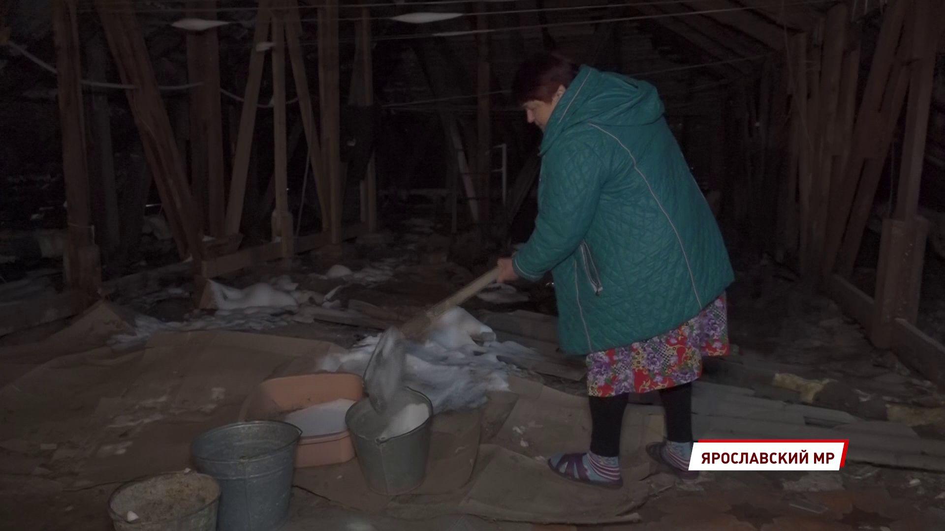 Жители многоквартирного дома в поселке Дубки мешками и ведрами выносят снег с чердака