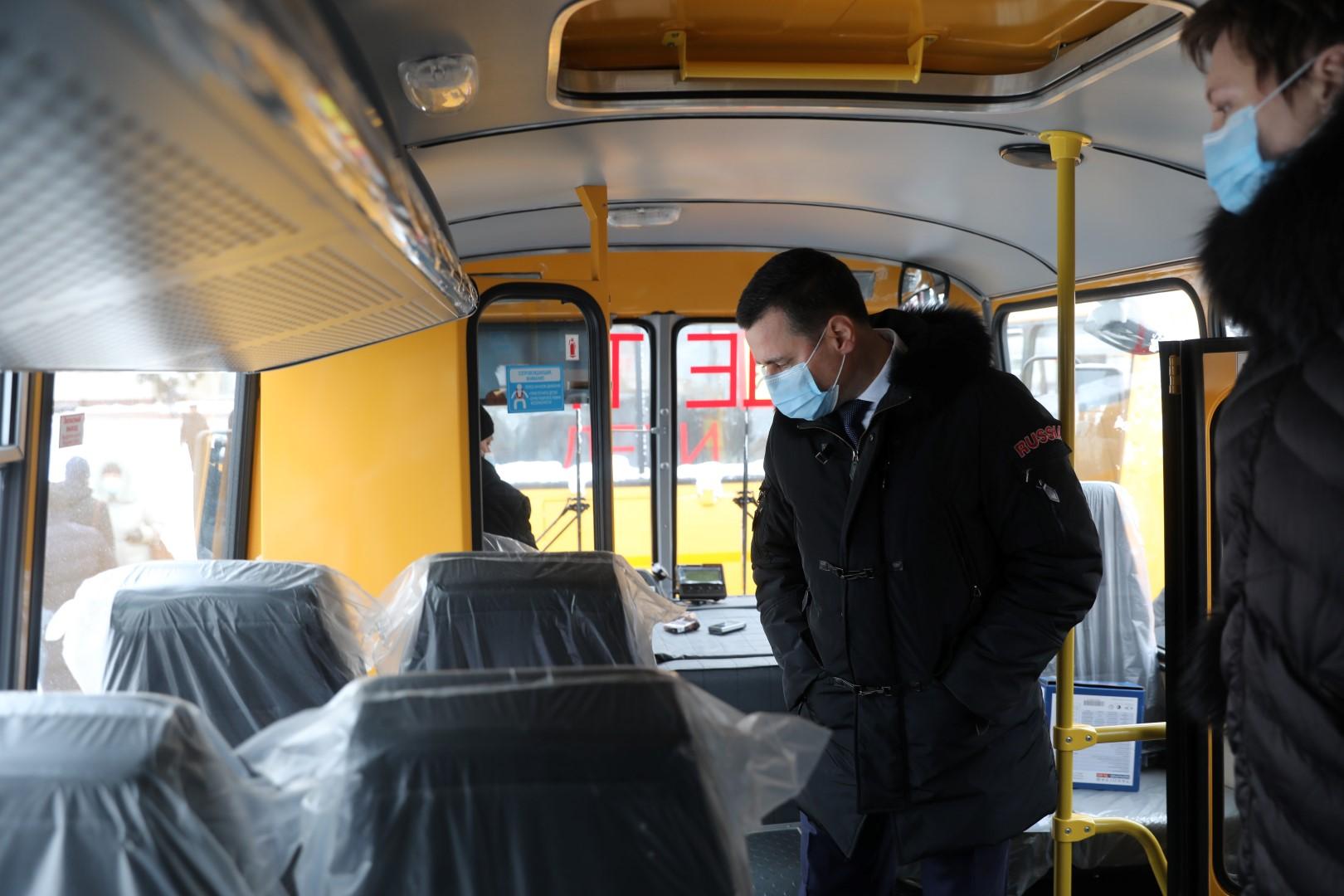 В преддверии Нового года Дмитрий Миронов передал в районы области и машины неотложной помощи