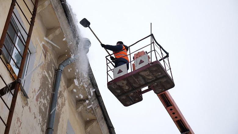 В Ярославле усилили работы по очистке кровель от наледи и снега