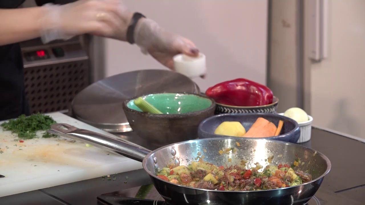 Утреннее шоу «Овсянка» от 13.01.21: делаем украшение для бокалов и готовим овощное рагу